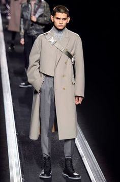 Dior Men's Fall 2019 Menswear Show was the highlight of Paris Men's Fashion Week! Here, Kim Jones combined modern gender fluidity with classic elegance! Fashion Week Hommes, Paris Fashion, Runway Fashion, Autumn Fashion, Men's Fashion, Male Winter Fashion, Men Fashion Design, Fashion Boots, Fashion Apps