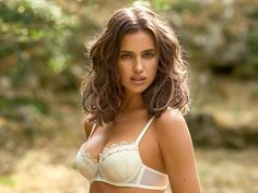 Irina Shayk changes the color of her blond hair. Photo of her with her new hair color was barely noticeable, but she still looked pretty and sexy. Model known for its beautiful dark. Irina Shayk, Zooey Deschanel, Russian Beauty, Beautiful Girl Image, Bradley Cooper, Top Models, Hair Colors, Hair Goals, Curly Hair Styles