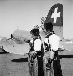 Frauen in Trachten auf dem Tarmac am Flugplatz in Dübendorf. LBS_SR01-01163