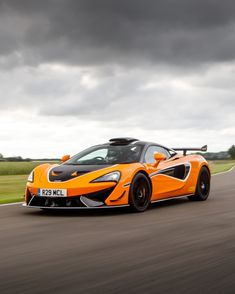 The R Pack brings a beefier exhaust, a roof scoop, and other upgrades to the track-bred, road-legal, and ultra-rare McLaren 620R. Automotive News, Automotive Industry, Cool Sports Cars, Cool Cars, Kobe Bryant Nba, Puppy Chow, Sports Activities, Super Cars, Funny Animals