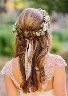 Pomysłowa Panna Młoda. Fryzury Ślubne. Romantyczne fale na długich włosach. Delikatne Fryzury Ślubne. Panna Młoda z Wiankiem.