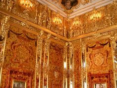 'Das Bernsteinzimmer' (The Amber Room) at Catherine the Great 's Palace in Tsarkoye Selo, near Saint Petersburg. Its construction started in it was looted by the Nazis during WWII and was. Peter The Great, Catherine The Great, Friedrich Wilhelm I, Catalina La Grande, Amber Room, Frederick William, Palaces, Wonders Of The World, Petersburg Russia