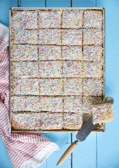 Knit a seamless Baby Cardigan! Baking Recipes, Cake Recipes, Dessert Recipes, Bagan, Spring Cake, Swedish Recipes, Scandinavian Recipes, Fika, Piece Of Cakes