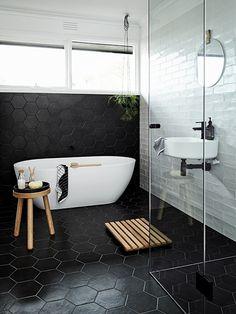 Salle de bain toute en sobriété et noir&blanc. J'aime la remontée de carrelage derrière la baignoire