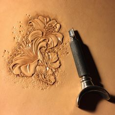 sheridan flower work-SR Interesting tool configuration, presumeably meant to take strain off the hand and make guiding the tool easier? Leather Stamps, Leather Art, Custom Leather, Leather Design, Leather Jewelry, Tooled Leather, Leather Carving, Leather Engraving, Engraving Art