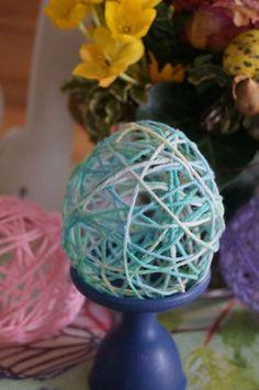 Um die filigranen Eier herzustellen benötigt ihr:  Wasserbomben oder andere Luftballons Tapetenkleister Wollreste ( am besten leichte Garne aus Wolle / Acryl, schwere Baumwolle funktioniert nicht so gut ) 1 Schere zum schneid