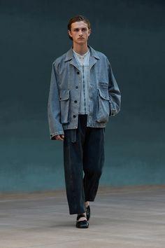 Runway Spring-Summer 2022 - Lemaire-EU Male Fashion Trends, New Fashion, Fashion News, Spring Fashion, Fashion Beauty, Paris Fashion, Linen Trousers, Fashion Show Collection, Spring Collection