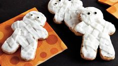 Chocolate Chip Mummy Cookies Use Pillsbury® chocolate chip cookies to jump-start Halloween dessert fun. Just criss-cross them with ready-to-spread fluffy white frosting. Halloween Cookie Recipes, Halloween Cookies, Halloween Desserts, Halloween Treats, Halloween Party, Halloween Baking, Haunted Halloween, Halloween Stuff, Cookies
