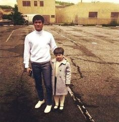 Bruce Lee a young girl Bruce Lee Master, Bruce Lee Training, Bruce Lee Martial Arts, 17 Kpop, Game Of Death, Bruce Lee Photos, Jeet Kune Do, The Big Boss, Brandon Lee