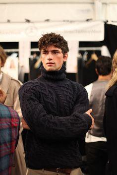 A love turtleneck sweater.men's fashion and style. Sharp Dressed Man, Well Dressed Men, Mode Masculine, Sean O'pry, Herren Winter, Look Man, Gentleman Style, Mode Style, Men Looks
