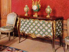 BVRB, commode à 2 vantaux, loupe et porcelaine de Sèvres, vers 1758-60, pour le prince de Condé (Coll. Rothschild)
