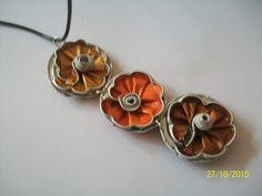 pendentif en capsule nespresso trois jolies fleurs couleur or orange marron monte sur cordon en cuir longueur des trois fleurs 11 cm longueur du cordon 20 cm donc ras du cou p - 16335830