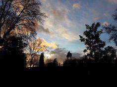 Voy andando y hace frío, pero me paro un momento para haer esta foro, fascinado por el color del cielo frío de un atardecer de invierno.