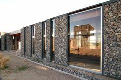 Стена из габионов имеет благородный внешний вид и практична в использовании.