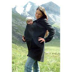 Le manteau est livré avec un empiècement de portage amovible. Votre bébé est entouré de cet empiècement que vous pouvez facilement installer devant ou derrière, permettant ainsi le portage devant ou sur le dos