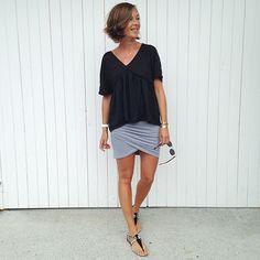 """Look básico com charminho:  saia de malha cinza assiméteica + camiseta preta levinha com corte solto e decote generoso em """"v"""""""
