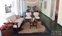 Detalhes de Casamento - Lounge com móveis antigos, caixotes com flores, porta retratos com fotografias das famílias dos noivos.