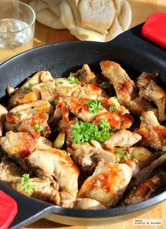 Te explicamos paso a paso, de manera sencilla, la elaboración de la receta tradicional de conejo al ajillo. Ingredientes, tiempo de elaboración, pasos