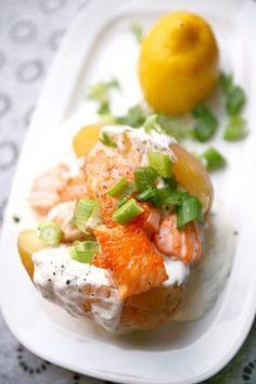 Ein letzter Gruß an den Sommer - Ofenkartoffel (ohne Vorkochen) mit leckerer Creme und saftigen Lachswürfeln ...