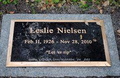 Leslie William Nielsen (1926- 2010) : Otro fresquito... [b]Nielsen Leslie William Nielsen[/b], canadiense, actor, canoso, amigote de Marlon Brando y fiambre. Conocido popularmente por ser el protagonista de películas de humor absurdo como [b]¿Y Dónde Está El Piloto?[/b] e [b]¿Y Dónde Está El Policía?[/b] [i](mas conocida como La pistola desnuda)[/i]. [i]Este vejete quivale a un Emilio Disi argentino (¿?)[/i]. [i]bue… [/i]Pero