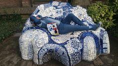 CreaCrola-tas op locatie: Delft. Hommage a Gaudi. Tas borduurwerk Delfts Blauw te bestellen: CreaCrola.nl