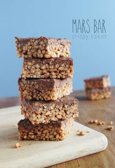 Mars Bar Crispy Cake Recipe - Delicious and so quick and easy to make. - 6 Mars bars 3 tbsp Golden syrup Unsalted butter 9 cups of Rice crispies Milk chocolate…. Yummy Treats, Sweet Treats, Yummy Food, Mars Bar Crispy Cake, Mars Bar Cake, Mars Bar Slice, Cupcakes, Baking Recipes, Dessert Recipes