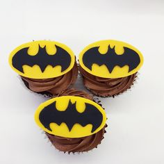 Careful where you put these Bat signal cupcakes. Batman might just show up! Fun Cupcakes, Bat Signal, Delicious Food, Batman, Sugar, Cookies, Desserts, Cool Cupcakes, Biscuits