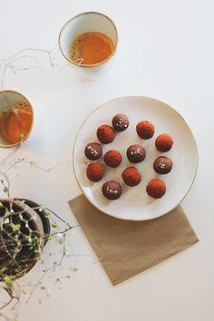 Ingen kommer att gissa att dessa krämiga chokladtryfflar är gjorda på avokado. Om du använder mejeri-fri choklad är dessa tryfflar både glutenfria och veg