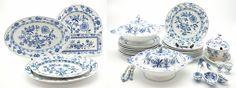 Een kavel blauwwit aardewerk serviesdelen met zwiebelmuster decor, bestaande uit 18 borden, 2 terrines, sauskom, 5 schalen, 2 eierdopjes en dienbestek, w.o. Hutschenreuther en Meissen