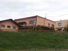 Jedná se o dvojpodlažní, nepodsklepený rodinný dům s pultovou střechou, bez možnosti zřízení podkroví. Rodinný dům s dispozicí 2x 3+1 je v užívání od roku 1976 a nachází se v udržovaném technickém stavu. Práce záchovné údržby jsou řádně prováděny. Základy jsou betonové s funkční izolací proti zemní vlhkosti.