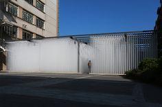#deve construye una arquitectura tejida con fibra de cristal creando un laberinto. #arquitectura #architecture #efimera #ephemeral #inspiration #inspiracion #creatividad #creativity #interior #interiordesign #interiorismo #layers #woven #fiberglass #labyrinth #space #espacio