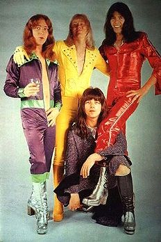 Glam Rock Fashion: During this time, glam rock fashion consisted of futuristic makeup and shiny clothes. Glittery boots and striped patterns also became part of the glam rock fashion. Rock Chic, Glam Rock Bands, Rock Style, Sweet Band, 1970 Style, Nostalgia, Drag, Thing 1, Musica