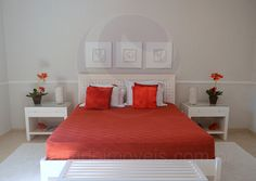 A suíte master conta com dimensões generosas e foi decorada com um lindo enxoval vermelho.