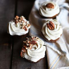Carrot cake cupcakes with honey cream cheese frosting - Recipe