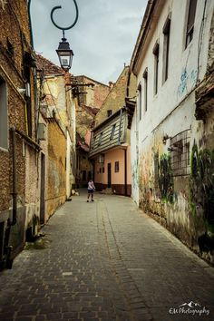 The Most Famous Transylvanian Cities Brasov Old Town Street View Brasov Romania, Bucharest Romania, City View Apartment, Visit Romania, Romania Travel, City People, Street Portrait, Old Street, City Photography