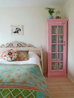 Teen bedroom blue ideas House of Turquoise: Stockholm Bombay Project Black & Brass Interior Design House Of Turquoise, Turquoise Table, Pink Turquoise, Pink Blue, Bedroom Vintage, Vintage Bedroom Furniture, Pink Furniture, Vintage Closet, Furniture Stores