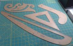 Para quem não tem as réguas específicas de curvas, que facilitam fazer o molde, basta clicar nos links em vermelho e imprimir.Depois é só pedir para alguém de sua confiança cortar em papel cartão, ac