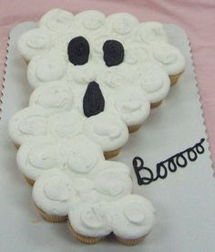this gives me so manny ideas for fun cake shapes made out of cupcakes that dont need to be cut! so easy :) halloween cupcakes Halloween Cupcakes, Halloween Desserts, Halloween Birthday, Halloween Treats, Halloween Baking, Halloween Goodies, Halloween Ghosts, Halloween Kids, Halloween Clothes