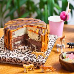 Sitruunainen tiikeritäytekakku on safarijuhlapöydän katseenvangitsija. Päällisen lisäksi kakku on raidallinen myös sisältä.