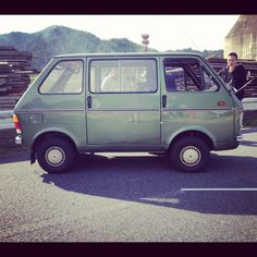 I love ugly little vans and pickups. This SUZUKI CARRY is a prime example #van #weird