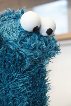 Hmmm how can I make U smile today. Sesame Street Muppets, Sesame Street Characters, Apple Watch Wallpaper, Iphone Wallpaper, Elmo Wallpaper, Monster Quotes, Sesame Street Cookies, Everything Is Blue, Jim Henson