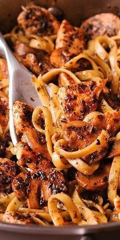 Pasta in Simple Pesto White Wine Sauce - Chicken Pesto Pástá in Creámy White Wine Sáuce is á fámily fávorite pástá recipe! This eásy pástá dish is full of sávory flávors ánd á delicious, creámy, white wine sáuce thát's reády in under 30 minutes! Chicken Pasta Recipes, Pesto Chicken, Recipe Chicken, Mushroom Chicken, Chicken Alfredo, Butter Chicken, Garlic Butter, Pasta Recipes With Chicken, Pesto Pasta Recipes