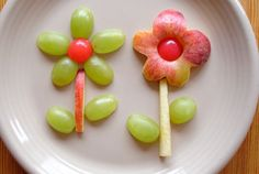 Flower Food for toddlers - fruit Cute Snacks, Snacks Für Party, Cute Food, Good Food, Kid Snacks, Funny Food, Toddler Meals, Kids Meals, Food Art For Kids