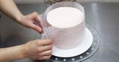 Mold Cake with Bubble Wrap and Melted Chocolate: DIY Cozy Home Food Tips Cake Decorating Tips, Cookie Decorating, Decors Pate A Sucre, Decoration Patisserie, Cake Hacks, Cute Diy Projects, Chocolate Decorations, Cake Decorations, Cake Tutorial