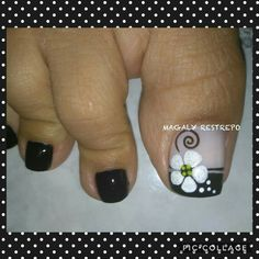 FLOR CON COLOR MEGRO❤ Toe Nail Flower Designs, Pedicure Designs, Pedicure Nail Art, Best Nail Art Designs, Toe Nail Color, Toe Nail Art, Nail Colors, Nail Picking, Pretty Toe Nails