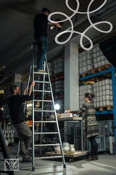 Für die perfekte Aufnahme ist kein Weg zu hoch 😉 Foto by LM.Media #gmundnerkeramik #handgefertigt #handmade #madeinaustria #derwegdeskruges #eintauchen #weltdergmundnerkeramik #produktionsschritte #stepbystep #quako #qualitätskontrolle Ladder, Handmade, Stairway, Ladders