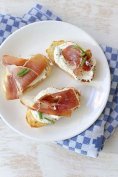 Bruschetta's met ricotta en ham Tea Snacks, Yummy Snacks, Yummy Food, Bruschetta Recept, Sandwiches, Bruchetta, Party Food And Drinks, High Tea, Food Hacks