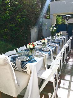 How to set a posh picnic table for a dinner party for 18 people. Dining al fresco in a California courtyard. Blue and white tabletop decor at its best.