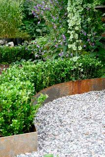 Trädgårdsflow: Om buxbom, plåtkanter och lite till by julie Patio Garden, Garden, Garden Gadgets, Cottage Garden, Outdoor Gardens, Dream Garden, Garden Pathway, Garden Edging, Garden Landscaping