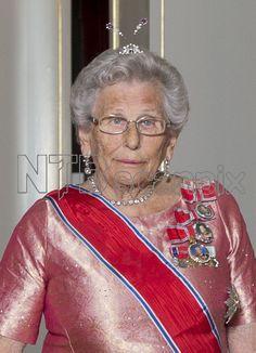 OSLO 20151022. Stortingsmiddag. Prinsesse Astrid, fru Ferner på vei inn til stortingsmiddagen på Slottet. Prinsesse Astrids ametyst- og diamant-aigrette Foto: Berit Roald / NTB scanpix